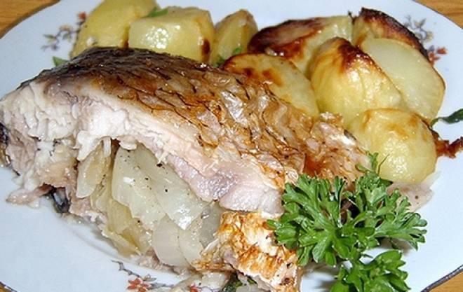 карась запеченный с картошкой