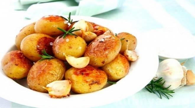 молодой картофель запеченный с чесноком