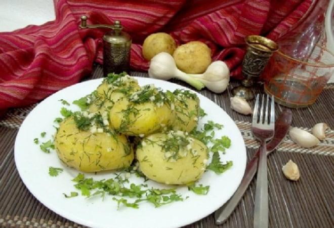 вареный картофель с чесноком и зеленью