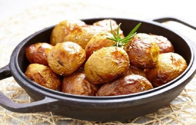 картофель в кожуре в сметане