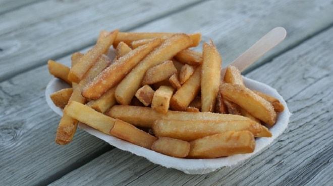 картошка фри на столе