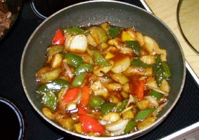 тушеная картошка с баклажанами