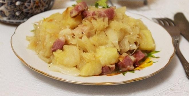 тушеная картошка с капустой и сосисками