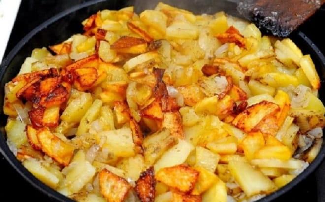 жареная с луком картошка