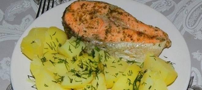 лосось с отварным картофелем