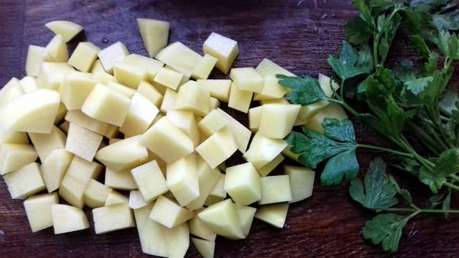 нарезанный картофель с петрушкой