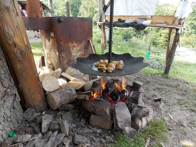 жарим картофель на костре
