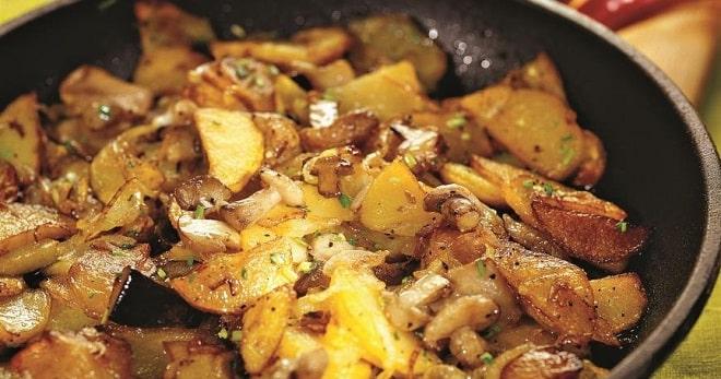 Жареная картошка с грибами маслятами на сковороде
