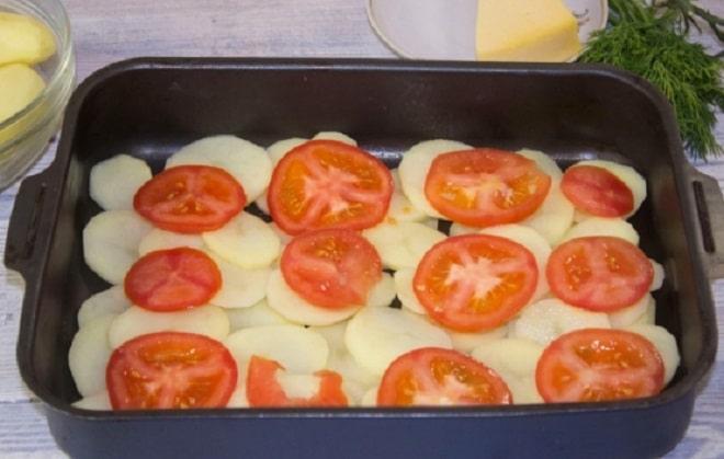 запекаем картофель с помидорами